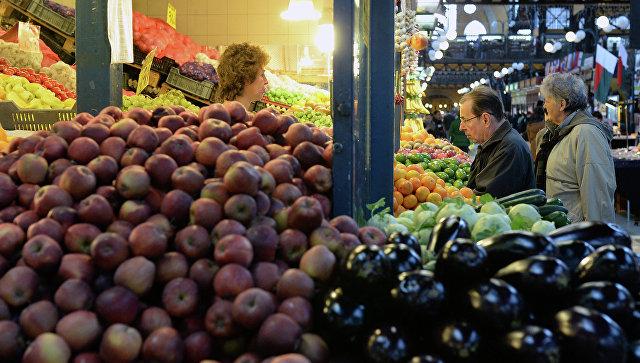Покупатели у прилавка с овощами и фруктами. Архивное фото