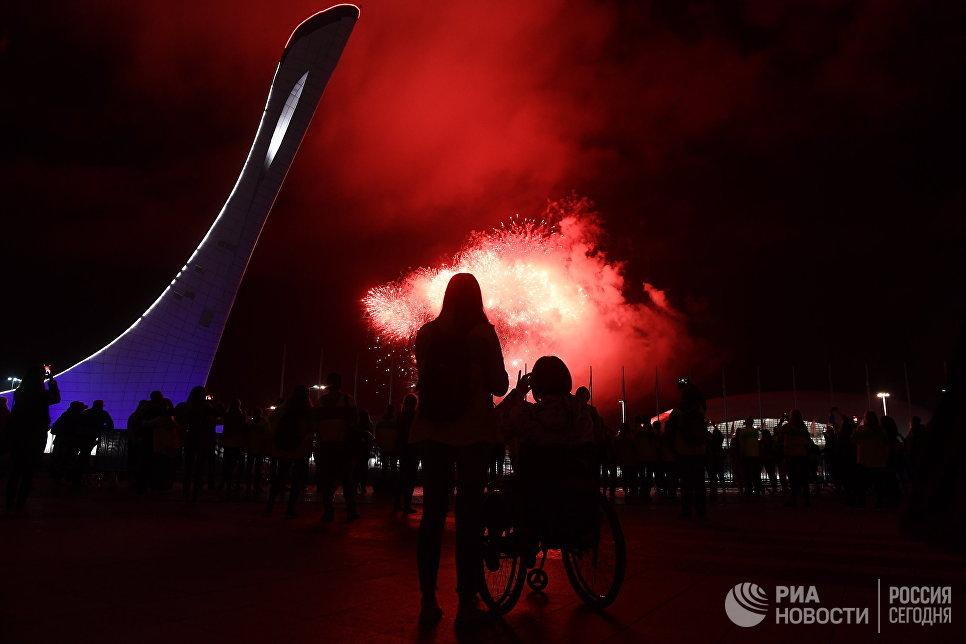 Праздничный салют над Олимпийским парком в честь закрытия XIX Всемирного фестиваля молодёжи и студентов в Сочи. 21 октября 2017