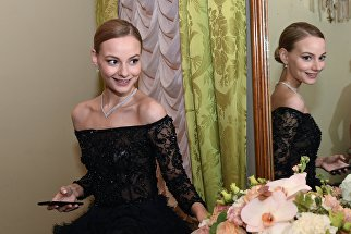 Внучка актера Евгения Евстигнеева Софья Евстигнеева (22 года) перед началом бала дебютанток журнала Tatler в Колонном Зале Дома Союзов