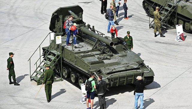 Посетители у 240-мм самоходного миномёта 2С4 Тюльпан. Архивное фото