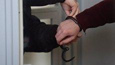 Задержанный в суде в наручниках. Архивное фото