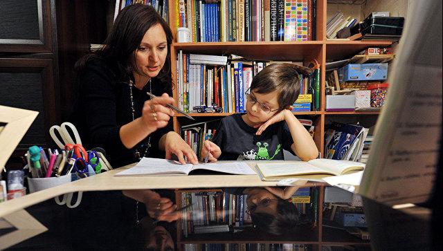 Мама и ребенок делают домашнее задание. Архивное фото
