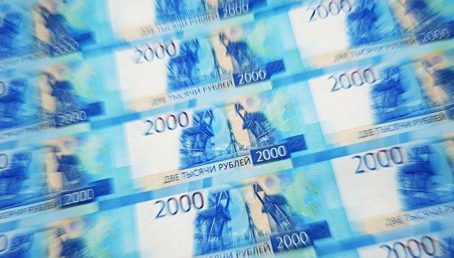 Листы с денежными купюрами номиналом 2000 рублей. Архивное фото