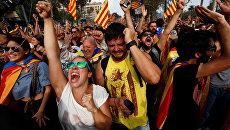 Люди у здания парламента Каталонии в Барселоне радуются результатам голосования за независимость от Испании. 27 октября 2017