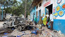 Жители на месте взрыва бомбы у ворот гостиницы возле президентского дворца в Могадишо, Сомали. 29 октября 2017