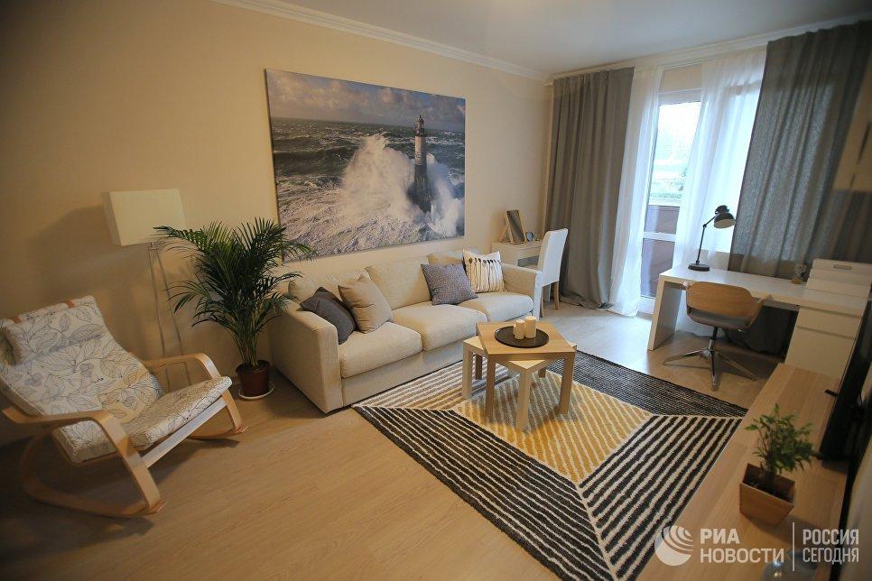 Гостиная типовой 1-комнатной квартиры, предназначенной для переселения по программе реновации, в шоу-руме на ВДНХ в Москве