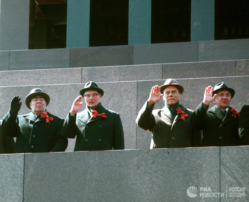 Празднование Дня солидарности 1 Мая на Красной площади. Руководители Коммунистической партии Советского Союза и Советстского правительства на трибуне Мавзолея В.И.Ленина