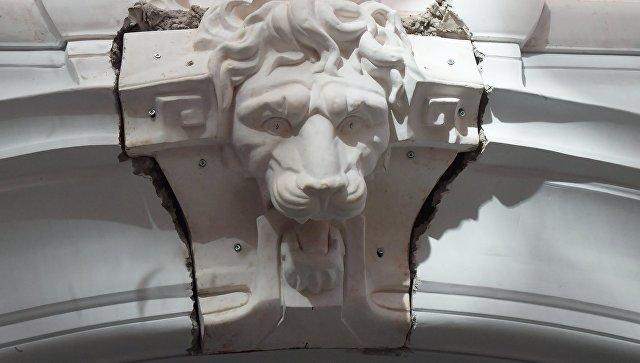 Установка маскарона со львом на фасаде реставрируемого доходного дома купца Василия Быкова в Москве. 2 ноября 2017