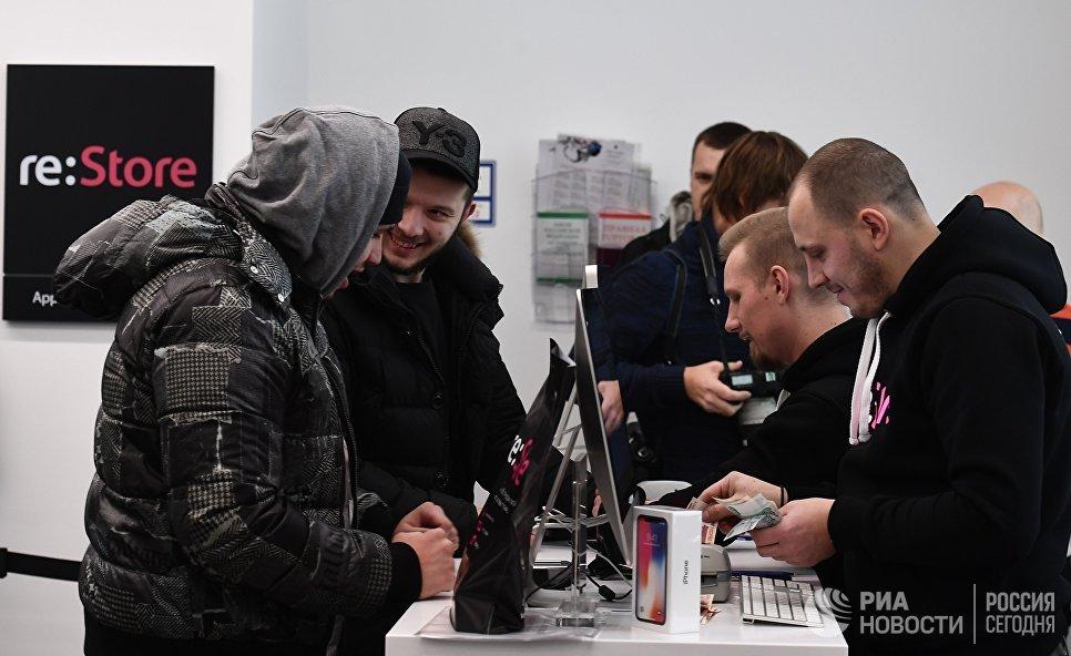 Покупатели во время старта продаж нового смартфона iPhone X в магазине re:Store на Тверской улице в Москве