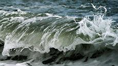 Волны на Черном море в Крыму. Архивное фото