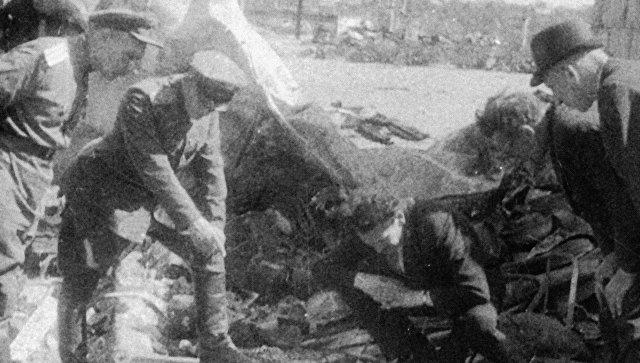 Солдаты осматривают подвалы, в которых во время немецкой оккупации скрывались евреи, Литва