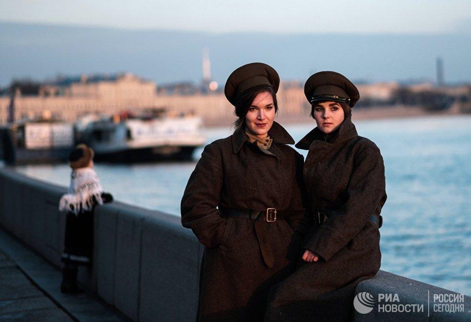Участницы интерактивной исторической реконструкции Петроград 1917, посвященной 100-летию Октябрьской революции, в Санкт-Петербурге