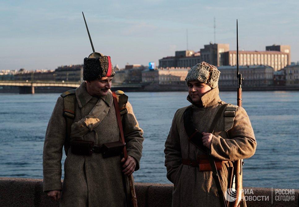 Участники интерактивной исторической реконструкции Петроград 1917, посвященной 100-летию Октябрьской революции, в Санкт-Петербурге