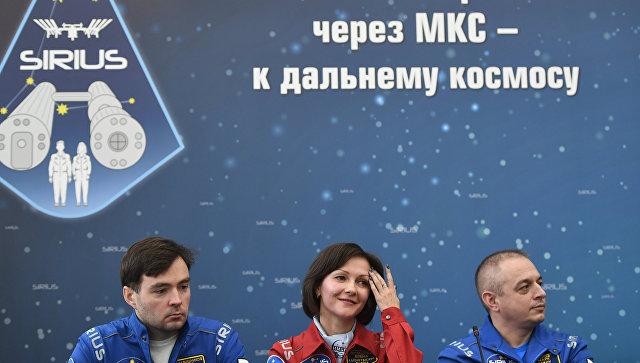 Основной экипаж эксперимента Илья Рукавишников, Елена Лучицкая и Марк Серов во время пресс-конференции наземного эксперимента по наземному моделированию полета к Луне SIRIUS-17 в Москве. 7 ноября 2017