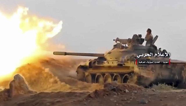 Сирийская армия ведет обстрел позиций боевиков у города Абу-Кемаль. 8 ноября 2017