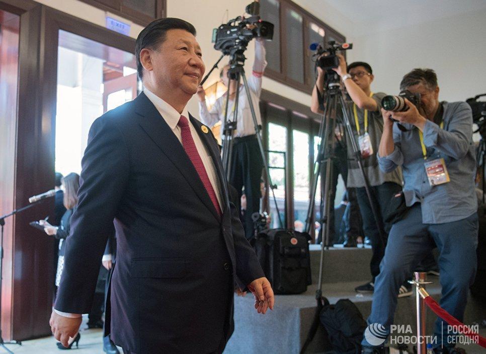 Председатель Китайской Народной Республики (КНР) Си Цзиньпин перед встречей лидеров экономик форума АТЭС с членами Делового консультативного совета саммита лидеров стран Азиатско-Тихоокеанского экономического сотрудничества (АТЭС) во Вьетнаме