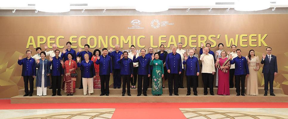 Церемония совместного фотографирования на саммите АТЭС во Вьетнаме