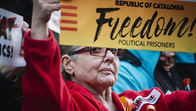 Участница митинга в защиту независимости Каталонии в Барселоне. 11 ноября 2017