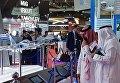 Посетители осматривают модели самолетов на стенде Российской Федерации на Международной авиационно-космической выставке Dubai Airshow 2017