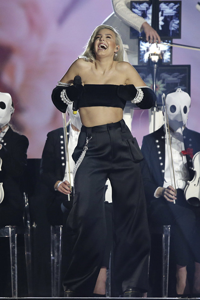 Британская певица Энн-Мари во время выступление на MTV Europe Music Awards
