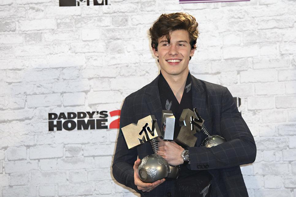 Певец Шон Мендес с наградами MTV Europe Music Awards