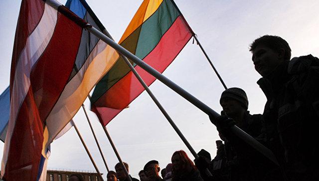 Люди с флагами Латвии, Эстонии и Литвы. Архивное фото