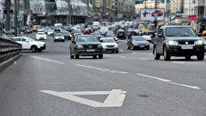Разметка выделенной полосы для движения общественного транспорта в Москве. Архивное фото