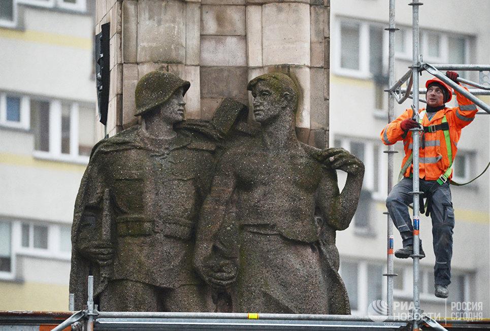 Рабочий монтирует строительные леса у памятника благодарности Красной армии в центре города Щецин. 16 ноября 2017