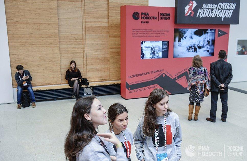 Посетители на выставке Великая русская революция на Санкт-Петербургском международном культурном форуме