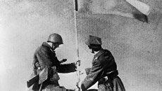 Советский и польский солдаты водружают знамя победы. Варшава, 1945 год