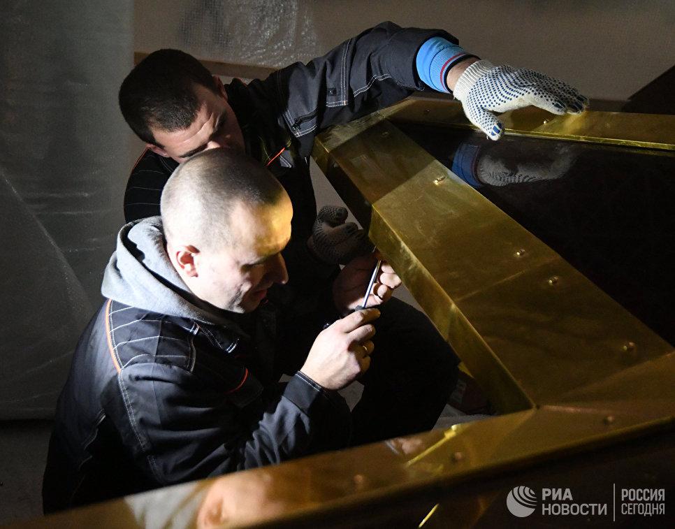 Люстру-звезду подняли под купол павильона наВДНХ в столице России