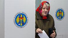 Жительница Кишинева на избирательном участке во время голосования на референдуме по отставке Дорина Киртоакэ с поста мэра Кишинева. 19 ноября 2017