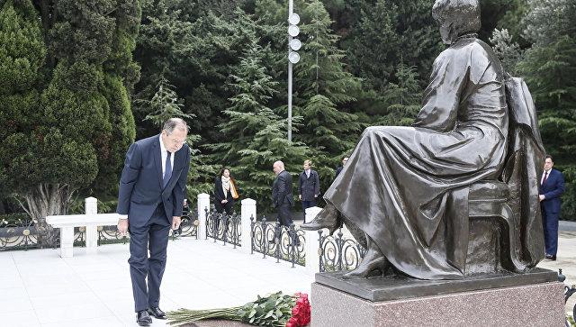 Сергей Лавров в ходе церемонии возложения венка к Мемориалу Гейдара Алиева. 20 ноября 2017