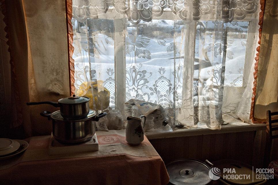 На кухне. Миннур Ишмуратова живет обычной деревенской жизнью. За день нужно успеть сделать работу по дому, по хозяйству, а в свободное  время можно продолжить любимое дело – вязание.