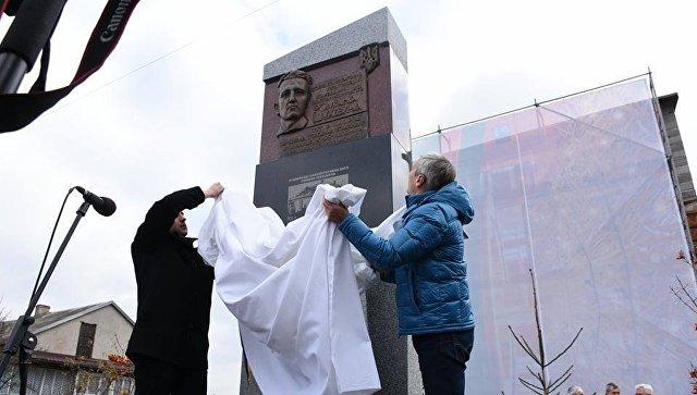 Открытие памятного знак лидеру Украинской повстанческой армии* Роману Шухевичу открыли во Львове. 21 ноября 2017