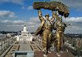 Скульптура Тракторист и колхозница на триумфальной арке Главного входа Выставки достижений народного хозяйства в Москве