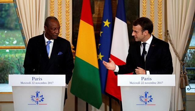 Президент Гвинеи Альфа Конде и президент Франции Эммануэль Макрон на пресс-конференции после встречи в Елисейском дворце в Париже. 22 ноября 2017