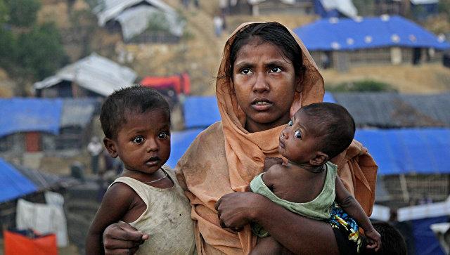 Женщина с детьми в поисках места для жилья в лагере Балухали на границе Мьянмы и Бангладеш. Архивное фото
