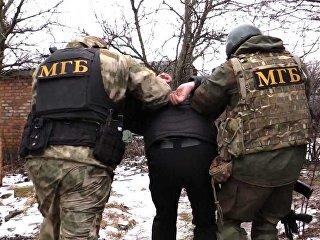 Сотрудники Министерства госбезопасности самопровозглашенной Донецкой народной республики проводят задержание