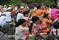 Люди во время молитвы возле вулкана Агунг на острове Бали в Индонезии