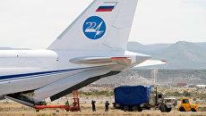 Разгрузка оборудования для поиска пропавшей подводной лодки Сан-Хуан из российского самолета АН-124 в аэропорту Комодоро-Ривадавия