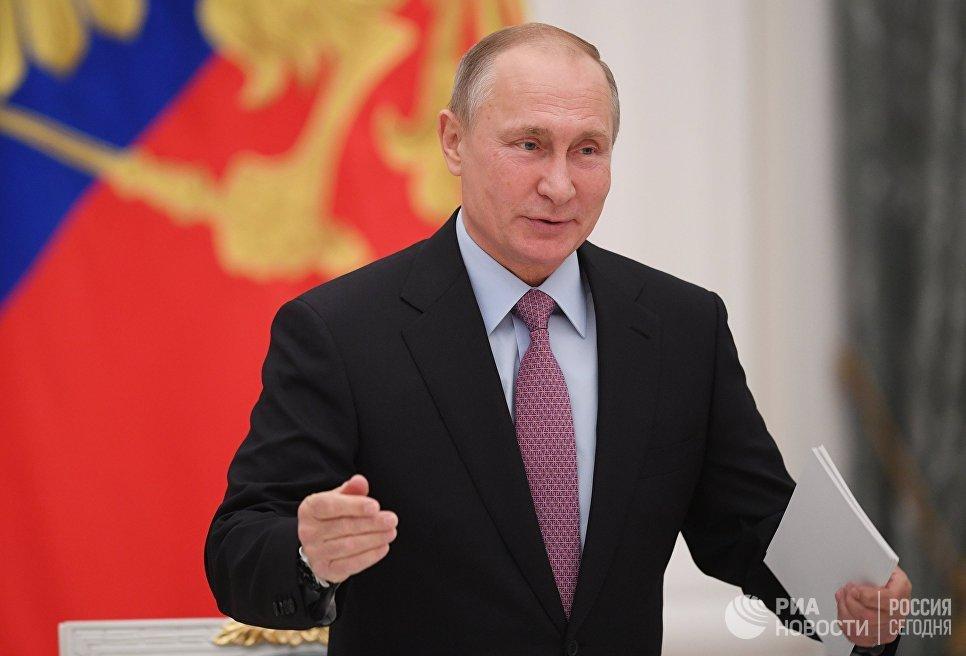 Президент РФ Владимир Путин перед началом заключительного заседания Координационного совета по реализации Национальной стратегии действий в интересах детей на 2012-2017 годы. 28 ноября 2017