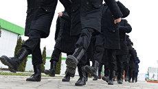 Новобранцы на плацу во время обучения строевой подготовке у военного комиссариата города. Архивное фото