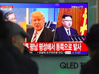 Портреты президента США Дональда Трампа и лидера КНДР Ким Чен Ына во время трансляции новостей на железнодорожном вокзале в Сеуле после ракетного пуска КНДР. Архивное фото