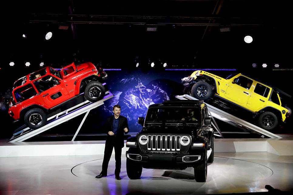 Президент и главный исполнительный директор Jeep Майк Мэнли представляет Jeep Wrangler 2019 года на автосалоне в Лос-Анджелесе
