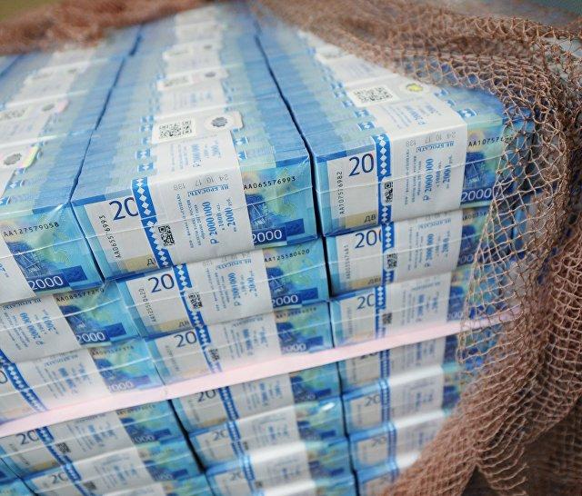 Пачки с денежными купюрами номиналом 2000 рублей на Пермской печатной фабрике