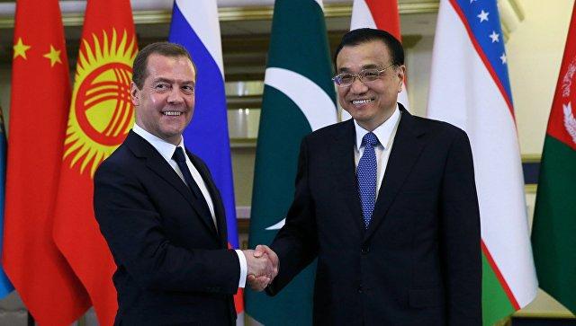 Дмитрий Медведев и Ли Кэцян перед заседанием Совета глав правительств стран ШОС в Сочи. 1 декабря 2017
