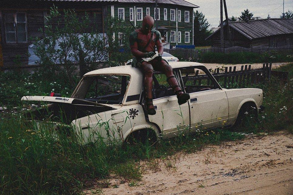 Дэдпул сидит на автомобиле Жигули