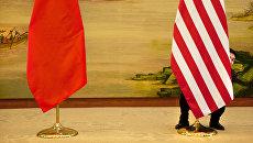 Флаги Китая и США перед встречей глав дипломатических ведомств в Пекине, КНР. Архивное фото