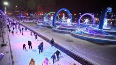 Жители Москвы и гости столицы катаются на катке на ВДНХ. 1 декабря 2017